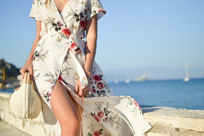 Sukienka w stylu boho - czerwone kwiaty