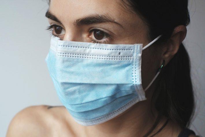kobieta w masce ochronnej