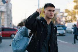męskie stylizacje z plecakiem