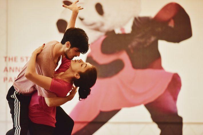 Nauka tańca w parze. Kobieta i mężczyzna tańczą taniec towarzyski.