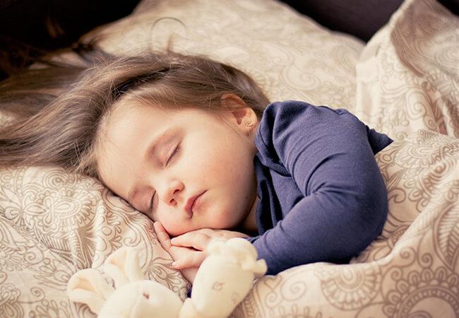 Śpiące dziecko w pościeli