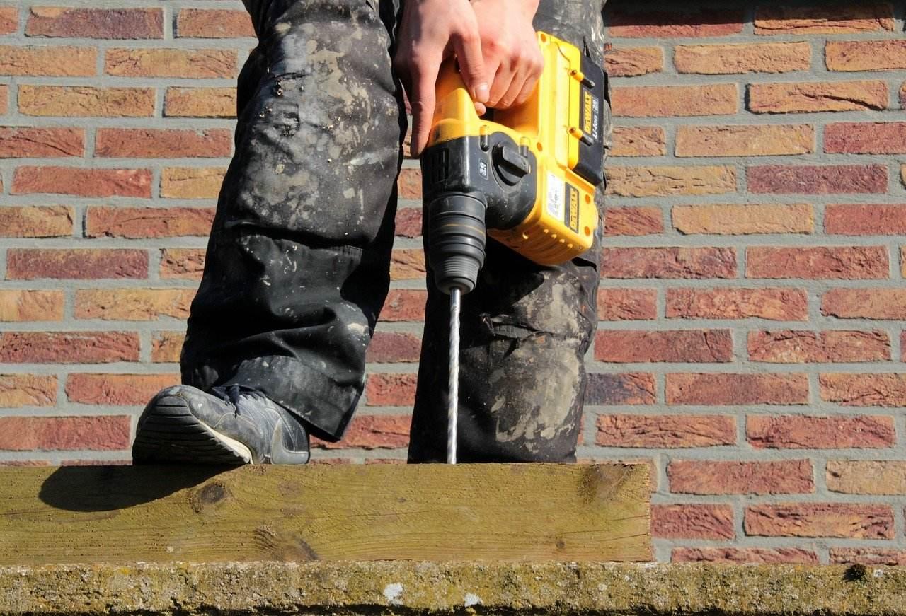 wiertarka z udarem czy bez - która lepiej poradzi sobie z betonem