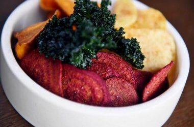 Domowe fit chipsy z warzyw. Miska z chipsami.