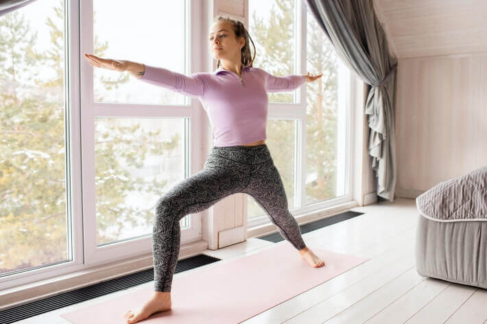 Młoda kobieta ćwiczy w domu. Trening w domu.