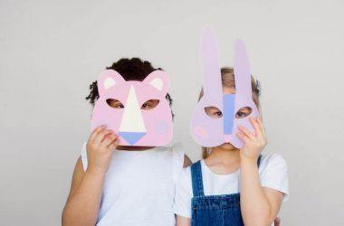 Dzieci w kolorowych maskach z papieru. Czas wolny dzieci.