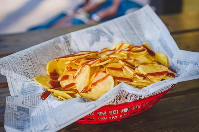 Miska z chipsami na stole. Fit chipsy z ziemniaków