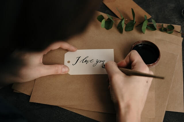Pomysł na kartkę walentynkową. Napis pisany piórem.
