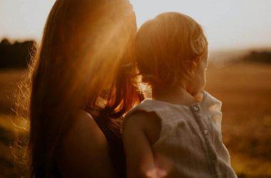 Matka z dzieckiem na rękach. Matki chorych dzieci.