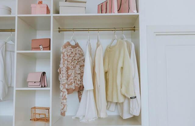 Zakupowy minimalizm. Szafa z ubraniami.